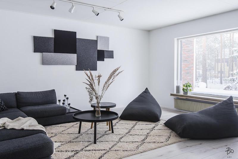 Musta ja harmaa olohuoneessa