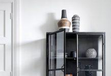 Larache vitriinikaappi, musta, lasiovet