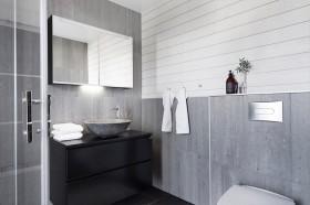 moderni-puutalo-harmaa-kylpyhuone