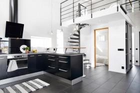 moderni-puutalo-musta-keittio