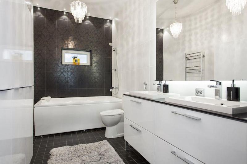 ylellinen-omakotitalo-mustavalkoinen-kylpyhuone