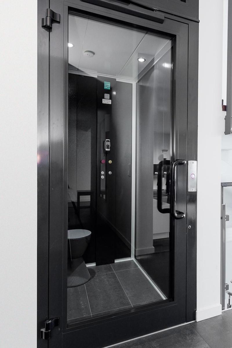 valkoinen-kivitalo-sisustus-hissi