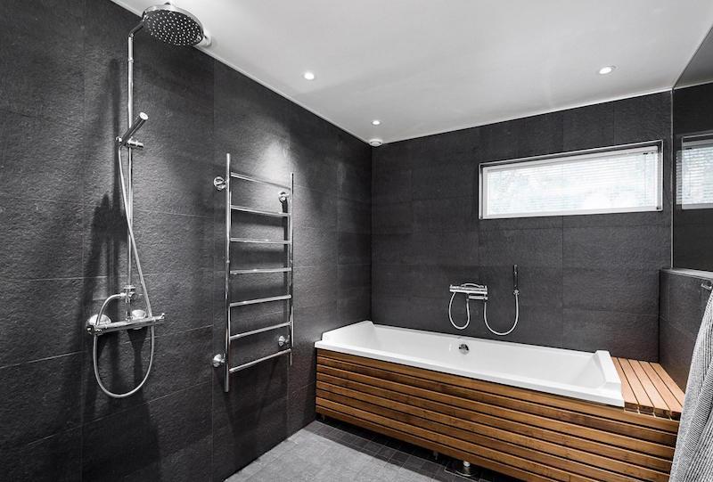 valkoinen-kivitalo-sisustus-kylpyamme