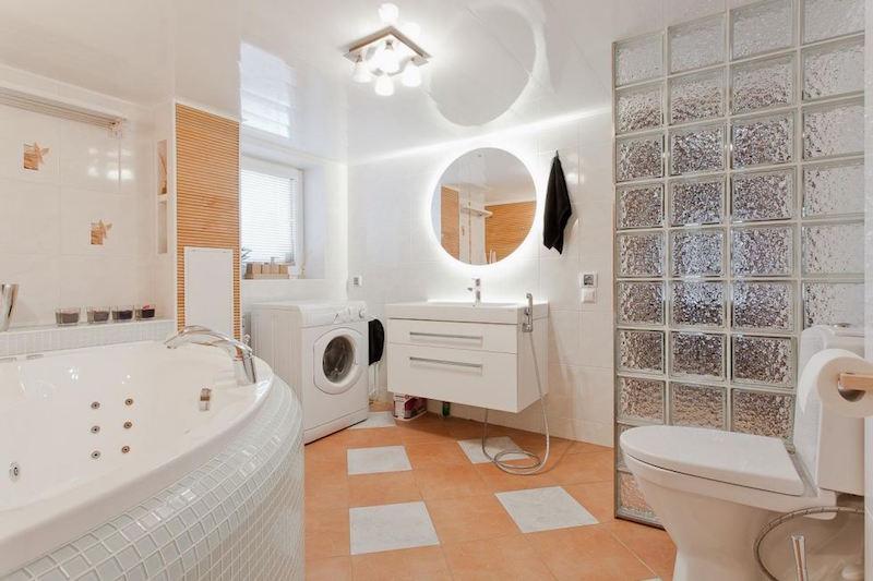 kylpyhuone-omakotitalo-vaalea-sisustus