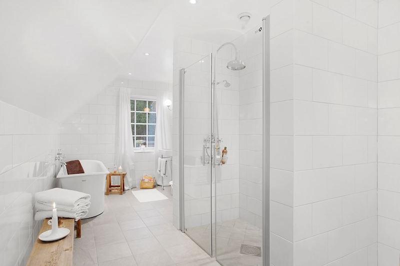 kylpyhuone-valkoinen-talo-luonnon-syleilyssa