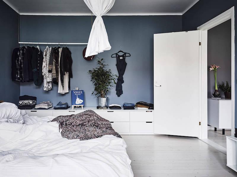 makuuhuone-vaatetanko-valkoinen-harmaa-puu-sisustus