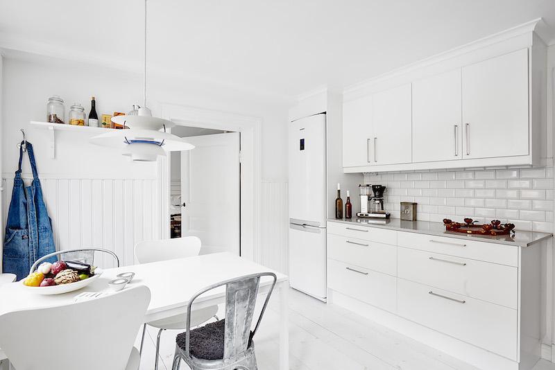 valkoinen-keittio-sisustuksen-monet-pinnat