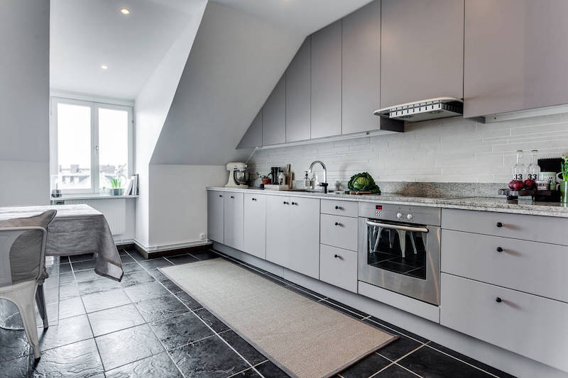 moderni-kattohuoneisto-keittio-laattalattia