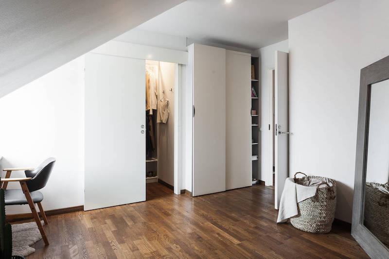 moderni-kattohuoneisto-makuuhuone-liukuovikaapit