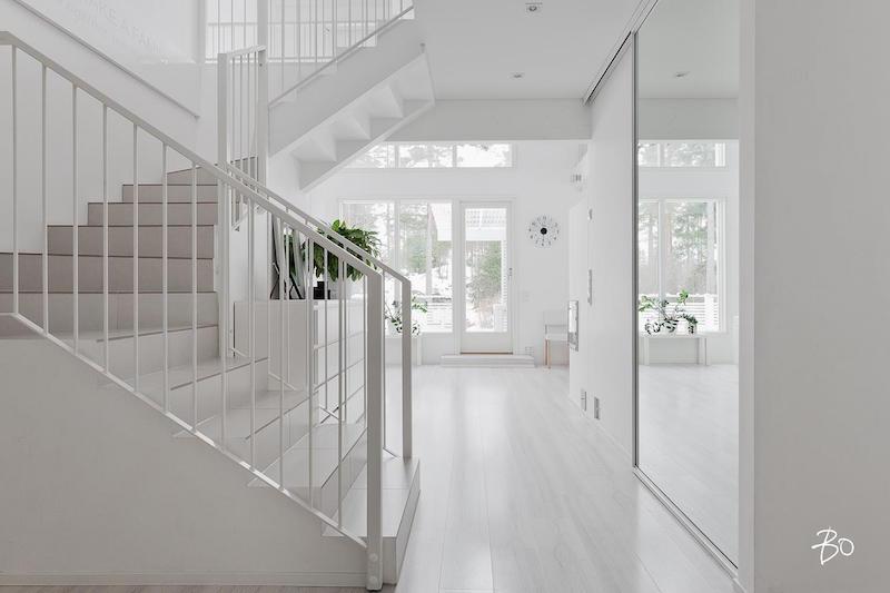 portaikko-sisustus-vari-valkoinen