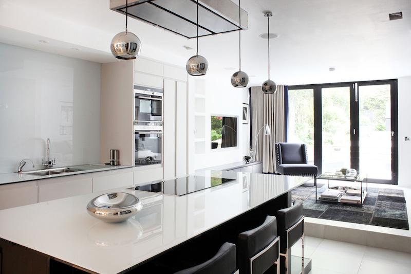 elegantti-mustavalkoinen-keittio-valaisimet