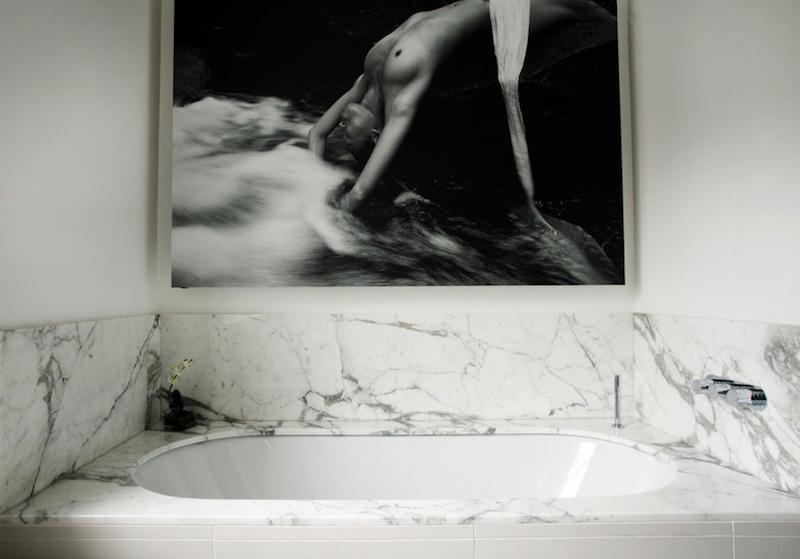 elegantti-mustavalkoinen-kylpyhuone-marmori