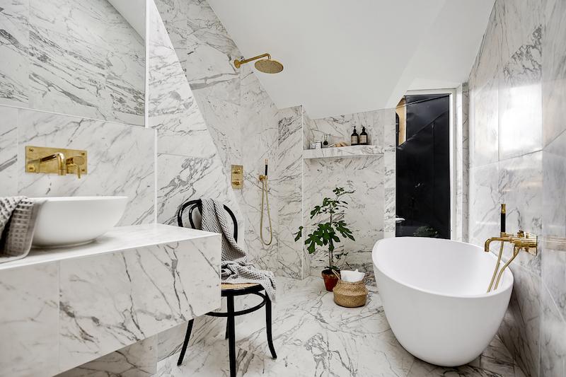 hurmaava-kattohuoneisto-kylpyhuone