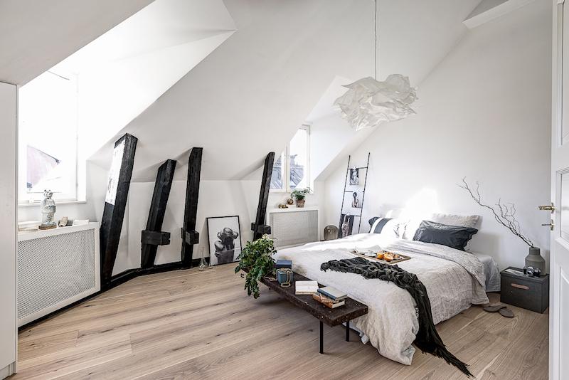 hurmaava-kattohuoneisto-makuuhuone-sisustus