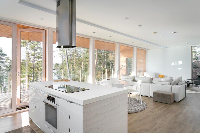 moderni-sisustus-koti-meren-aarella-keittio-olohuone