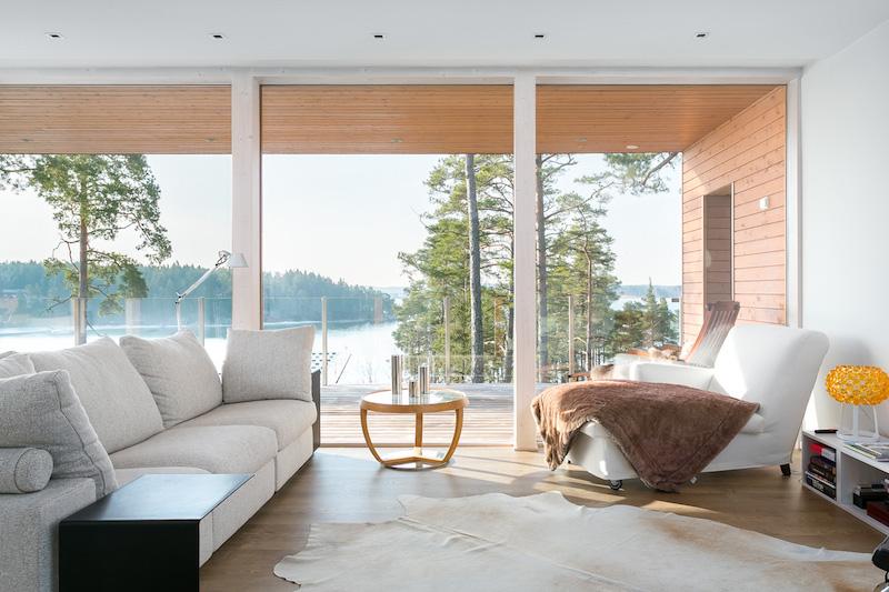 moderni-sisustus-koti-meren-aarella-olohuone