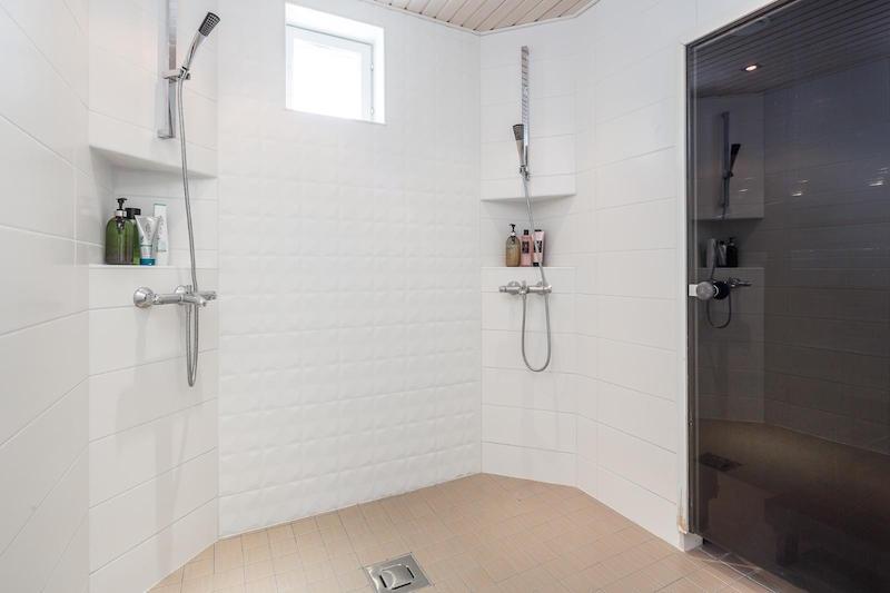 omakotitalo-vaalea-sisustus-kylpyhuone
