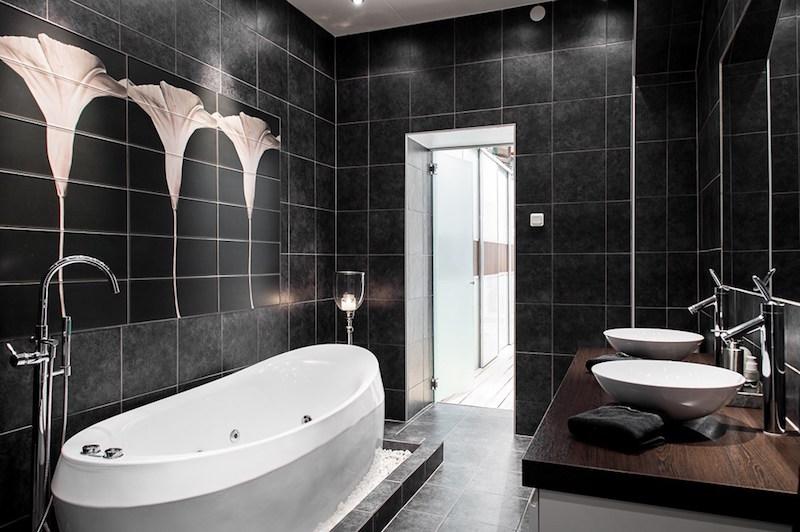 tyylikas-sisustus-antiikkia-kylpyhuone-musta