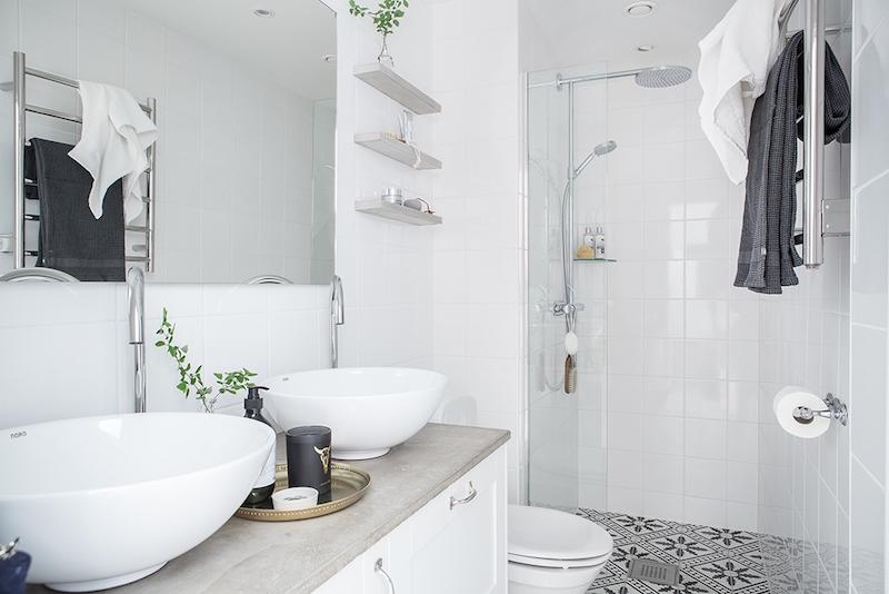 kylpyhuone-sisustus-valkoine-koristelaatta