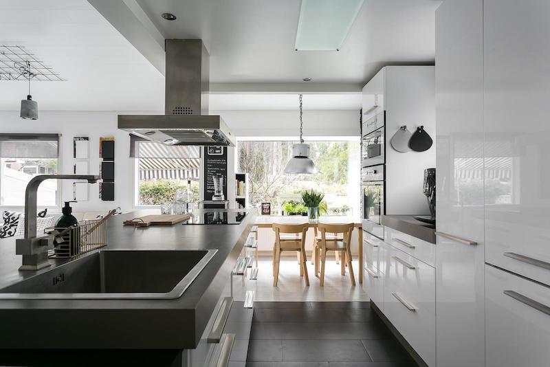sisustus-moderni-mustavalkoinen-keittio-valkoinen