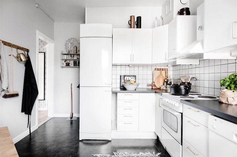 kodikkaasti-rustiikkinen-sisustus-keittio-musta-lattia