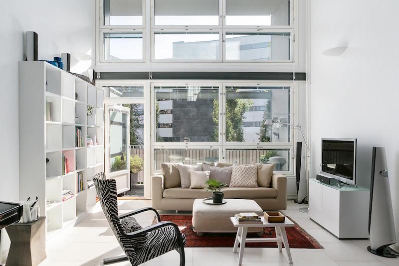 loft-huoneisto-mustavalkoinen-olohuone