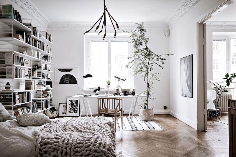 kodikasta-vanhaa-valkoista-makuuhuone-tyopiste