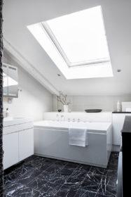 upea-ullakkoasunto-kylpyhuone