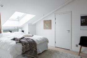 upea-ullakkoasunto-makuuhuone-ikkuna