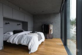 minimalismi-betoni-sisustus-makuuhuone