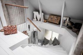 upeasti-ullakolla-portaikko