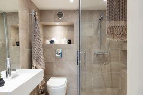 Kaksio kahdessa tasossa kylpyhuone
