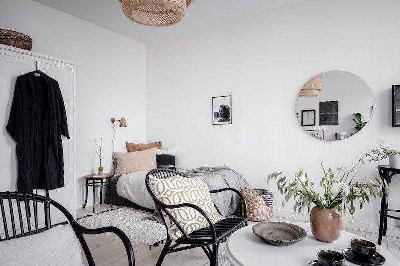Pyöreä peili olohuoneen seinällä