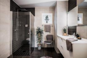 harmaita-pintoja-kylpyhuone