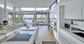 Moderni hirsitalo Villa Nuottakallio keittiö
