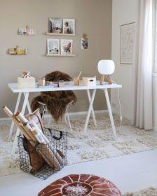 Puu ja valkoinen työhuoneen sisustuksessa